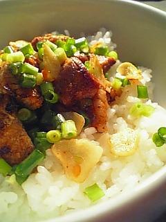 豚ロースの味噌漬け焼きと葫と葱散らし丼1-2