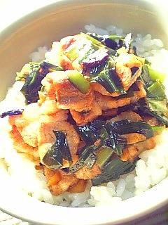 豚ばら肉とにらのピリ辛炒め丼1-1