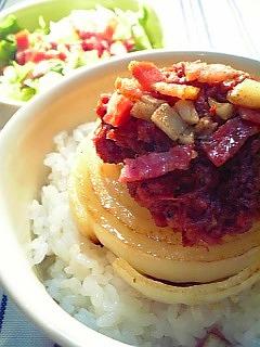 オニオンとコンビーフのソテーとバター&ブラックペッパーソースの丼