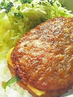 マルシンハンバーグにシソとチーズを入れちゃった丼1-2