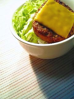 マルシンのハンバーグにチェダーチーズのせ丼1-1