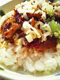 豚ばらにんにく焼きの葱散らし丼1-2