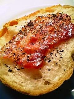 カリカリベーコンのせのフランスパン1-1