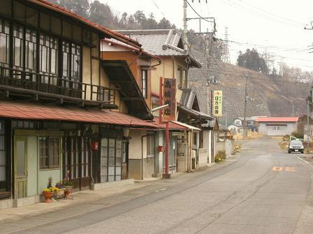 中宿の旧中山道、正面が鷹之巣山