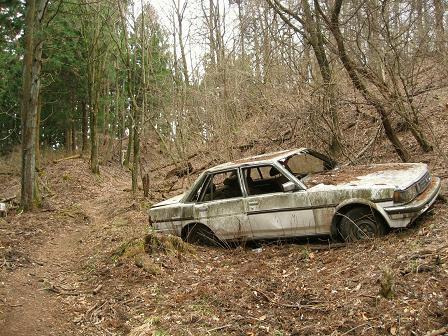 不法投棄された車