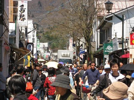 お洒落な店舗が並び、人であふれる軽井沢宿
