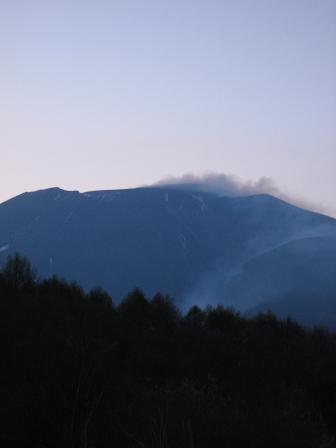 夕闇に沈む浅間山