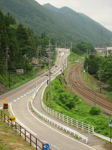 手前国道と中山道の合流付近に関沢、奥上り坂の国道下に釜之沢が流れている