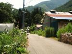 贄川宿手前付近。旧道らしき道は先の民家で途絶える