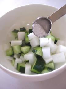 先に野菜と塩を馴染ませておきます