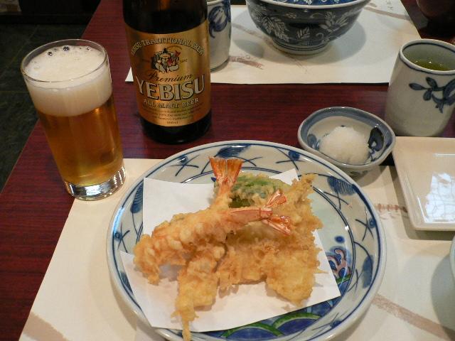 つな八で天ぷらです。。