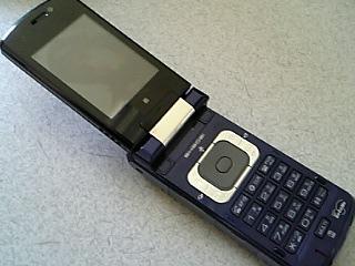 携帯電話SH902iの紺。