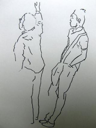 ドアに寄りかかる若い男とつり革広告を見上げる男