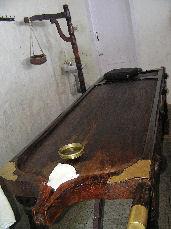 アーユルベーダ用の特殊な木で作られた固い硬いベッド